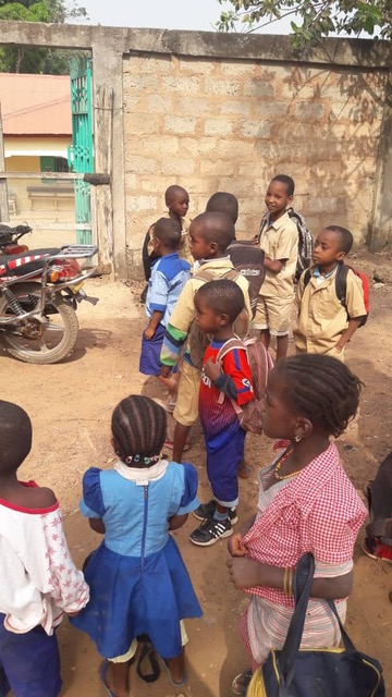 Kinder kurz vor einer Behandlung in der Krankenstation