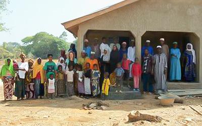 Glückliche Dorfbewohner vor der zweiten Krankenstation